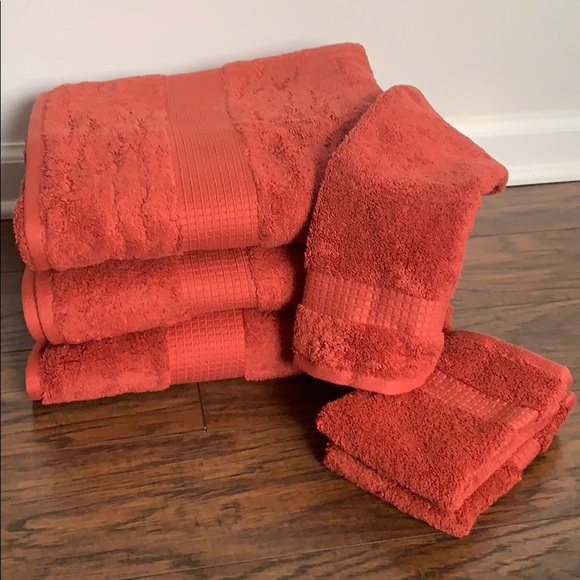 NWT - Bath and Wash Towels - Apt 9
